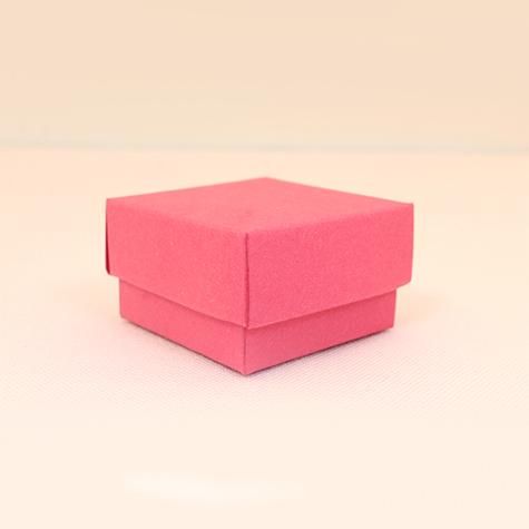 Koyu pembe alçak boyda kare kutu
